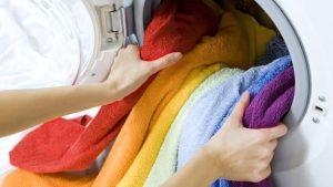 capi colorati in lavatrice
